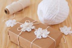 Белые снежинки вязания крючком для украшения рождества подарка коробки Стоковое фото RF