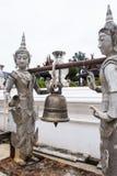 Белые статуи ангела нося колокол в Chiangmai Таиланде, Wat Стоковые Изображения