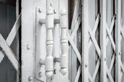 Белые стальные ручки двери старой раздвижной двери Стоковые Фотографии RF