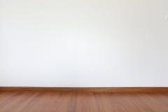 Белые стена миномета и пол древесины Стоковая Фотография