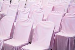 белые стулья в пустом конференц-зале Стоковые Фотографии RF
