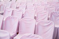 белые стулья в пустом конференц-зале Стоковое Изображение RF