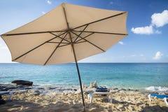 Белые стулья, зонтик и пирамиды камня Стоковое Фото