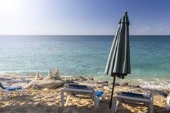 Белые стулья, зонтик и пирамиды камня Стоковая Фотография RF