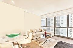 Белые таблица и софа в современной комнате Стоковая Фотография