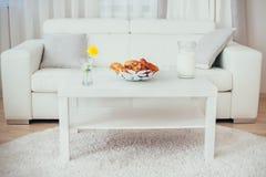 Белые таблица и софа Стоковые Фото