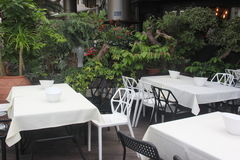 Белые таблица и стул Стоковые Изображения RF