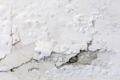 Белые треснутые штукатуря предпосылка или текстура стены Стоковая Фотография RF