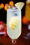 Белые тропические коктеиль или лимонад спирта с украшением Стоковые Изображения