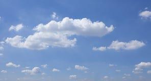 Белые тучные облака и голубое небо Стоковая Фотография RF