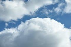 Белые тучные облака против голубого неба Стоковое фото RF