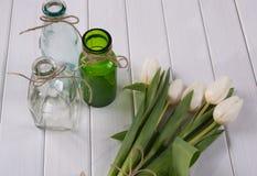 Белые тюльпаны на белой деревянной предпосылке Стоковое Изображение RF