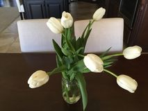 Белые тюльпаны на таблице Стоковая Фотография RF