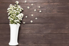 Белые цветки резца в вазе на деревянной предпосылке Стоковые Изображения RF
