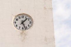 Белые часы стены стоковое изображение rf