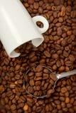 Белые чашка и кофейные зерна Стоковая Фотография RF
