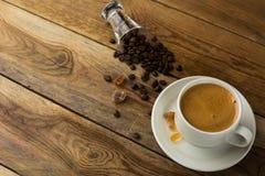 Белые чашка кофе и кофейные зерна, взгляд сверху Стоковое фото RF