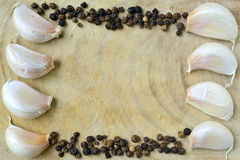 Белые чесноки и черные перцы. Стоковая Фотография