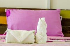 Белые чистые полотенца на кровати гостиницы Стоковые Фото