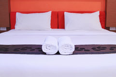 Белые чистые полотенца на кровати Стоковые Фотографии RF