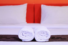 Белые чистые полотенца на кровати Стоковое фото RF
