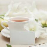 Белые чистый лист бумаги, цветок гладиолуса и чай Стоковые Изображения