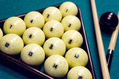 Белые шарики для биллиардов в треугольнике Стоковые Фото