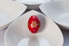 Белые шары керамики и красное яичко Стоковые Фотографии RF