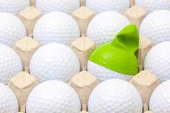 Белые шары для игры в гольф в коробке для яичек Шар для игры в гольф с смешной крышкой Стоковая Фотография RF