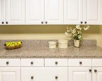 Белые шкафы с Countertop гранита Стоковое Изображение RF