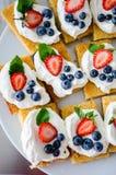 Белые шоколадные торты с ягодами стоковое фото