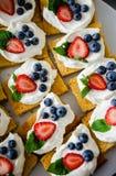 Белые шоколадные торты с ягодами стоковые фото