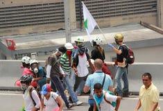 Белые шлемы помогая раненым протестующим во время противоправительственных конфликтов в Каракасе Венесуэле мае 2017 стоковое фото