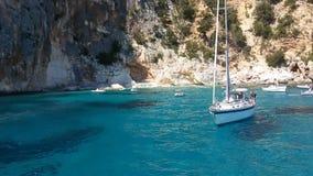 Белые шлюпки в голубом море ‹Сардинии †‹â€ с эффектными утесами Стоковое фото RF