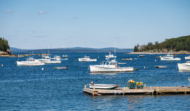 Белые шлюпки в открытом море за пристанью Стоковые Фото