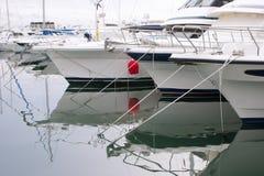 Белые шлюпки и яхты в набережной Стоковое Фото
