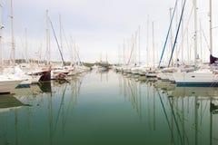 Белые шлюпки и яхты в набережной Стоковая Фотография