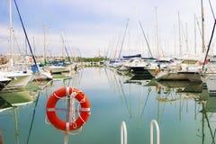Белые шлюпки и яхты в набережной Стоковая Фотография RF