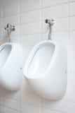 Белые люди писсуаров в туалете Стоковые Изображения