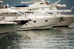Белые яхты и шлюпки роскоши причалили на море гавань Стоковое Фото