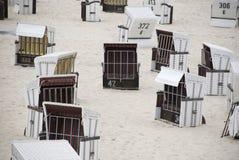 Белые canopied шезлонги на Балтийском море Стоковые Изображения