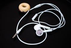 Белые earbuds и линия магазин Стоковые Фотографии RF
