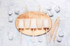 Белые lollies и кубы льда на таблице Стоковые Изображения RF
