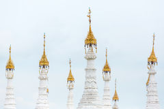 Белые stupas пагоды Kuthodaw с Tripitaka облицовывают надписи внутрь в Мандалае Стоковое Изображение
