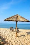 Белые sunbeds и зонтик на пляже моря Стоковые Фотографии RF