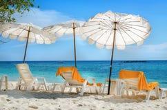 Белые sunbeds и оранжевые полотенца на песчаном пляже Стоковые Фото