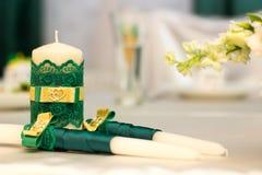 Белые wedding свечи с зеленым украшением Стоковое Фото