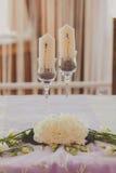 Белые wedding свечи с красивым lavanda Стоковые Изображения RF