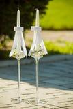 Белые wedding свечи с яркими красивыми цветками, Стоковые Фото