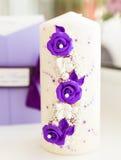 Белые wedding свечи с яркое красивым Стоковые Фото